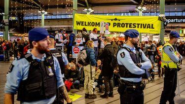 Gearresteerde Greenpeace demonstranten Schiphol weer vrijgelaten