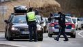 Een foto van bewakers op de weg in Ischgl in Oostenrijk