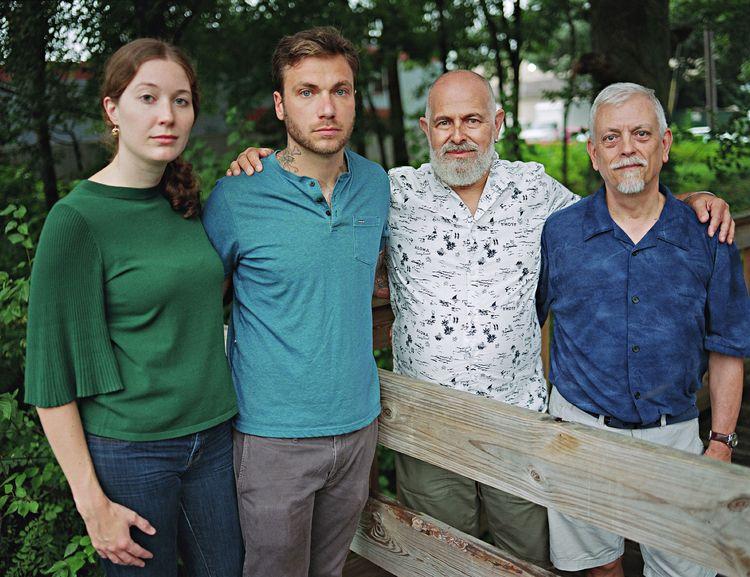 Art en Jim met hun zoon Ethan en zijn verloofde Rose. Providence, Rhode Island