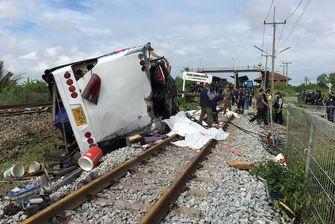 Een foto van de bus van het ongeluk in Thailand, op z'n kant