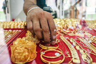 Een foto van meerdere gouden sieraden