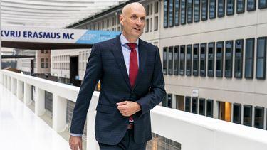 Een foto van Ernst Kuipers, die meer coronamaatregelen verwacht, in het Erasmus MC