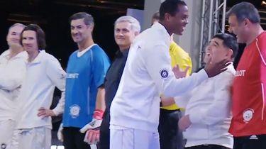 Kluivert negeert Maradona compleet. Arm Pluisje..