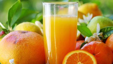 Een foto van een glas versgeperste sinaasappelsap