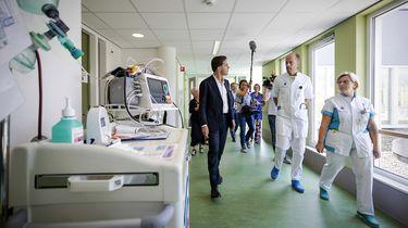 Op deze foto zie premier Mark Rutte die in Bernhoven een ziekenhuis bezoekt.