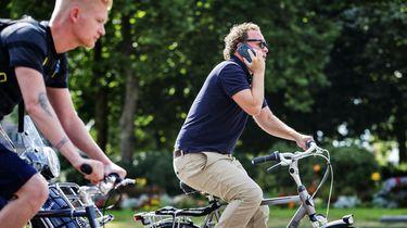 Ruim 9200 boetes voor bellen op de fiets