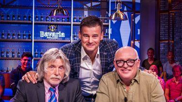 Op deze foto zie je de presentatoren (VLNR) Johan Derksen, Wilfred Genee en Rene van der Gijp in het decor van het televisieprogramma Veronica Inside.