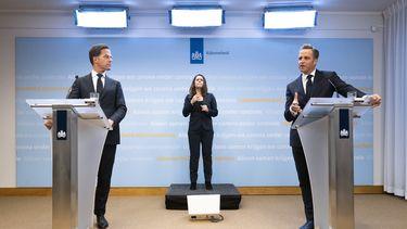 Rutte en De Jonge tijdens een persconferentie.