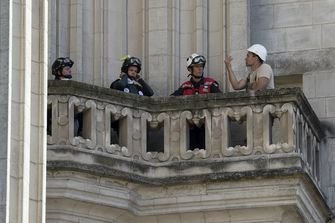 Een foto van brandweerlieden in de kathedraal van Nantes