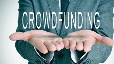 Een foto van iemand die zijn handen ophoudt met daarboven het woord crowdfunding