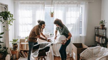 Twee mensen in een huis bezig met verhuizing