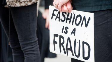 Klimaatactivisten blokkeren wegen naar London Fashion Week