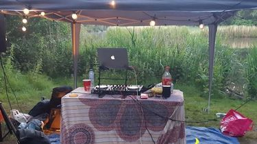 DJ-set bij een illegaal feest in het Amsterdamse Bos.