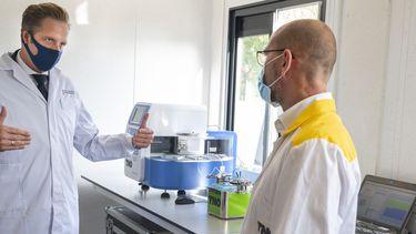 Op deze foto is minister Hugo de Jonge te zien bij een sneltestlocatie.
