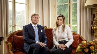 Een foto van koning Willem-Alexander en Máxima tijdens de videotoespraak
