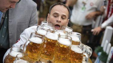 Oliver Strümpfel verbreekt wereldrecord bierpul dragen. Bron: AP