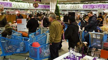 Klanten van supermarkt Albert Heijn tijdens de kerstdagen.