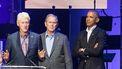 Een foto van de drie ex-presidenten die hun corronavaccinatie op camera laten vastleggen