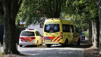 Een foto van een politieauto en ambulance bij het huis van Nikkie Tutorials