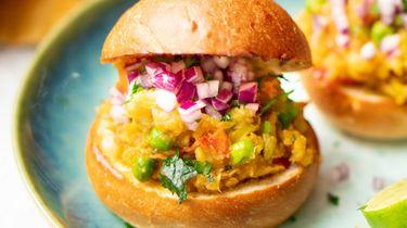 Op deze foto zie je Indiase pav bhaji (broodjes met groentecurry)