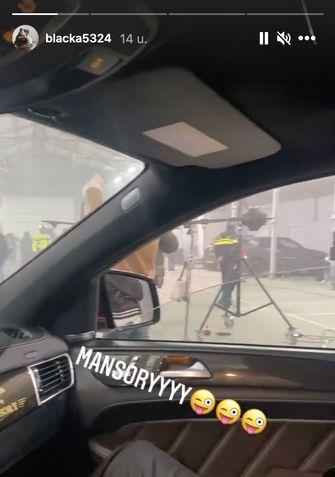 Een filmpje van de rapper Blacka, waarin te zien is dat de politie aanwezig is.