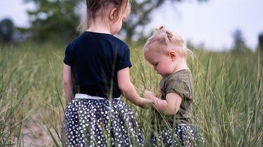 Een zus hebben maakt je blijer en optimistischer