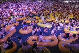 Een zwembad vol mensen in Wuhan