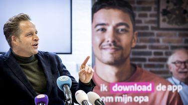 Op deze foto is minister Hugo de Jonge te zien tijdens de lancering van de corona-app campagne.