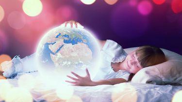 Een foto van een meisje dat ligt te dromen