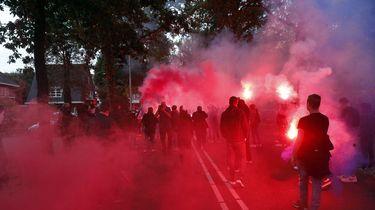 Op deze foto zijn supporters van Willem II te zien, er is veel rode rook.