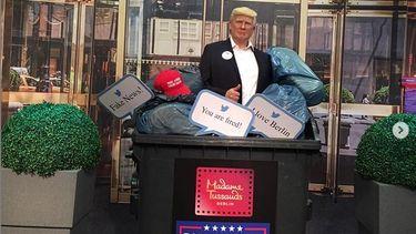 Op deze foto is te zien hoe het beeld van Trump in de vuilnisbak is beland