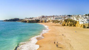 Een foto van het strand bij Albufeira