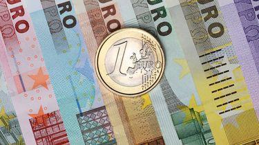 Een foto van euro's, briefjes en een munt