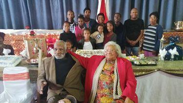 Op deze foto is de oudste man ter wereld te zien met zijn familie.