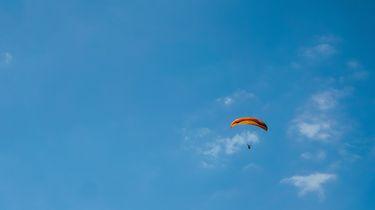 Parachutist stort neer na hartaanval in de lucht