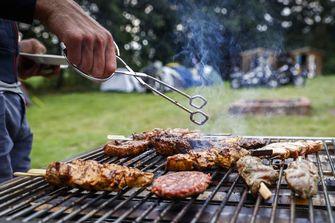 Een foto van een barbecue op de camping