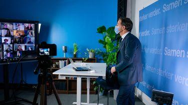 Een foto van premier Rutte die de dag voor de persconferentie online in gesprek ging met studenten