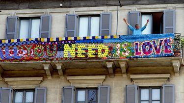 Een foto van een All You Need Is Love-doek in Milaan
