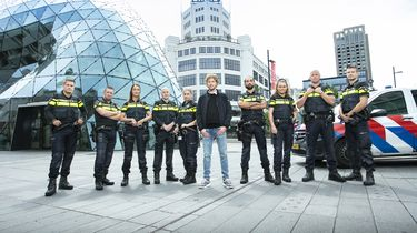 Een foto van Ewout Genemans met de politieagenten uit Bureau 040