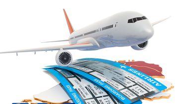 Op deze foto zie je vliegtuig en vliegtickets.