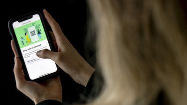 Persoon gebruikt de CoronaCheck-app