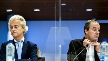 Een foto van Geer Wilders en advocaat Geert-Jan Knoops die door plexiglas gescheiden worden