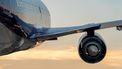 Een foto van een vliegend vliegtuig gezien op de motor