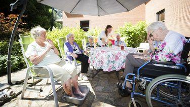 Ouderen bij een verpleeghuis in Driebergen