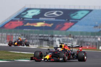 Foto van Max Verstappen in actie op het circuit van Silverstone