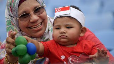 Een vrouw met een baby in Singapore