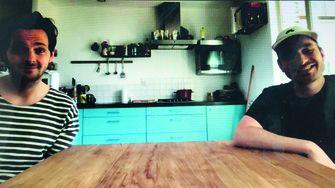 Een foto van Yannick van de Velde en Tom van Kalmthout tijdens het Zoominterview aan de keukentafel