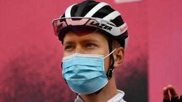 Een foto van Wilco Kelderman die na de finish meteen een mondkapje draagt