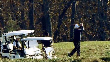 Een foto van president Trump terwijl hij golft.