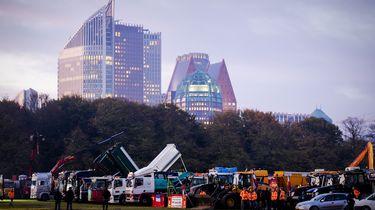 Bouwers en hun voertuigen op Malieveld voor het bouwersprotest Grond in Verzet.